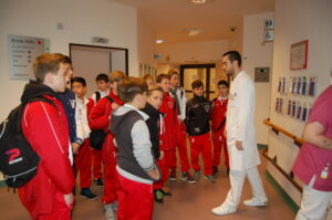 LFC-Jugendteam (Viktoria-Vorgänger) aus 2013 bei einer Klinik-Führung